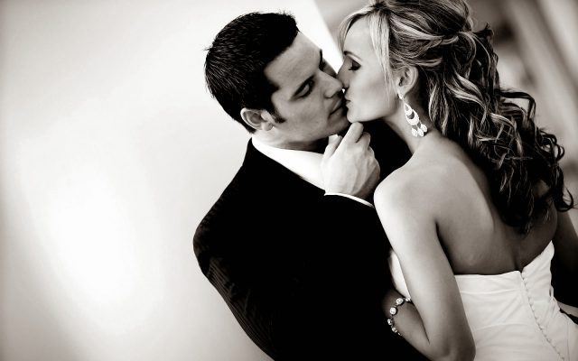 couple kiss due to fragrance