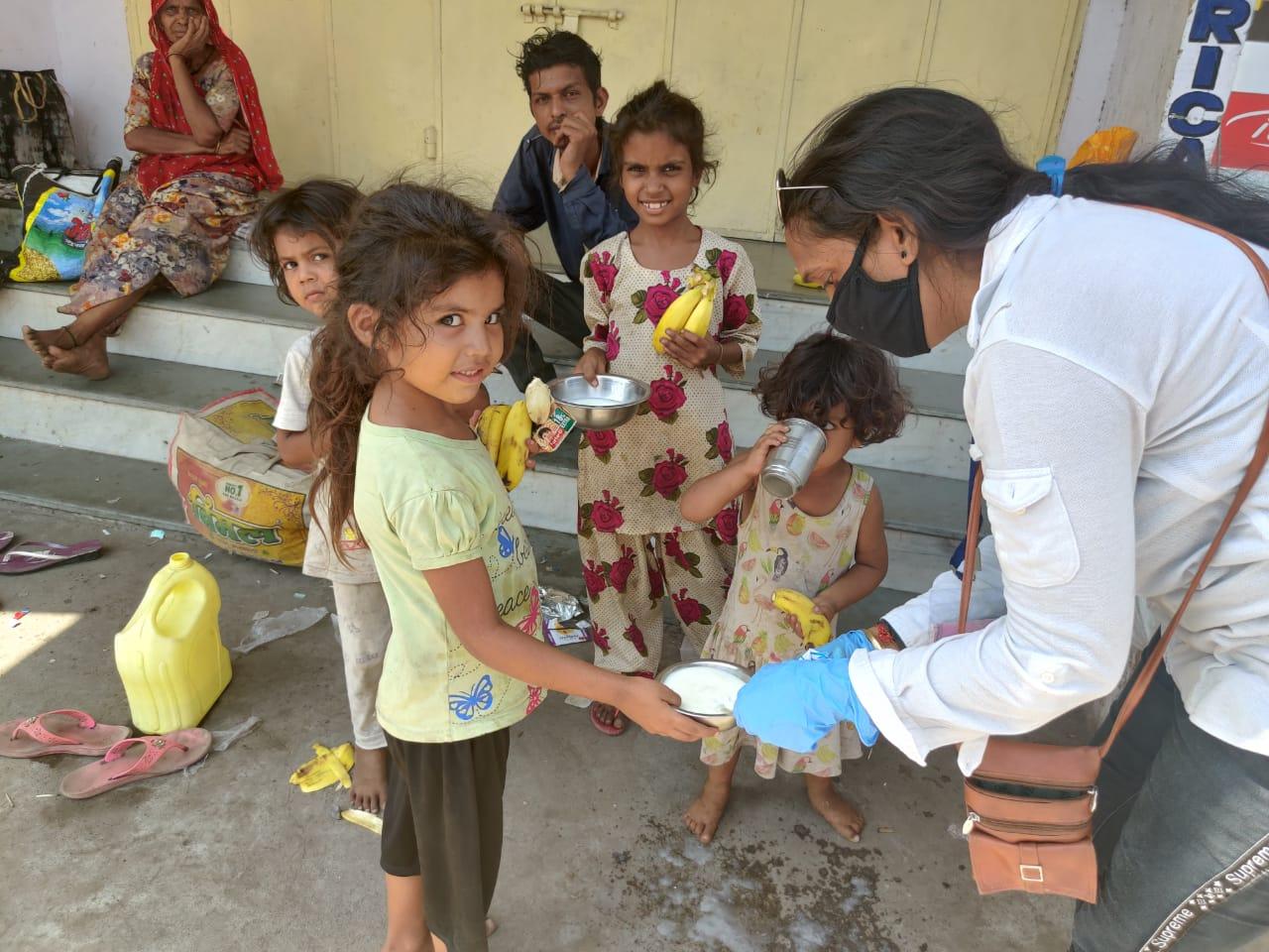 shaktiben giving food to poor children