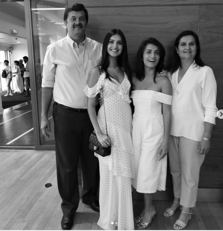Tara With her mom - dad and sister Piya Sutaria